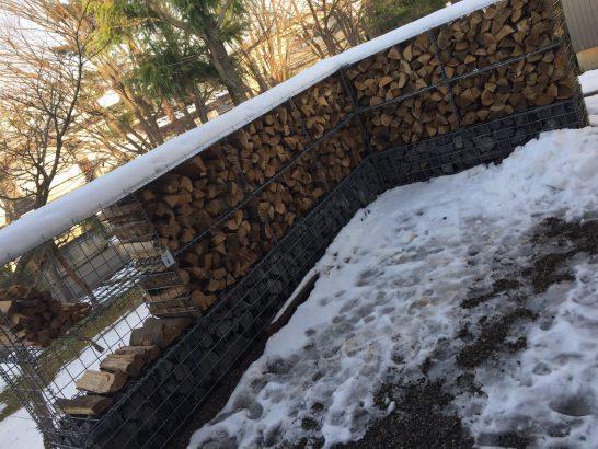 下部が蛇籠になった薪棚も弊社が施工しました