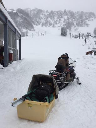 一里野温泉スキー場 雪の中山頂ロッジへ機材を運ぶ