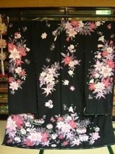 黒地にピンクの桜と蘭の柄