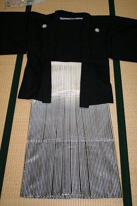 ①黒うるし紋付+金銀縞ぼかし袴