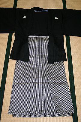 ②黒うるし紋付+黒銀細ストライプ袴