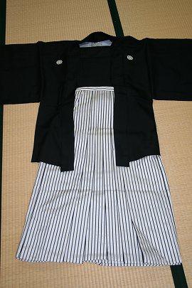 ③黒羽二重紋付+白黒ストライプ袴