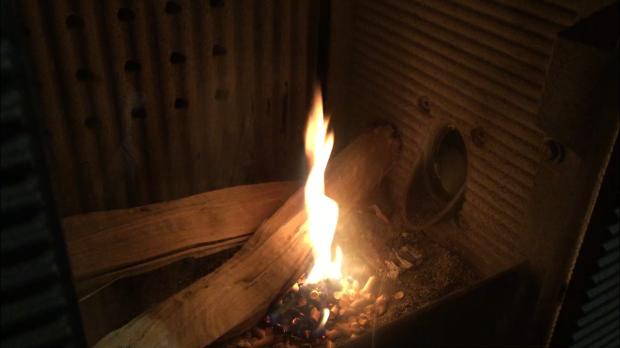 薪とペレット両方燃やせる