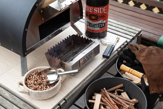 ポータブルピザオーブンKABUTO 小枝やペレット燃料、着火剤を準備します。