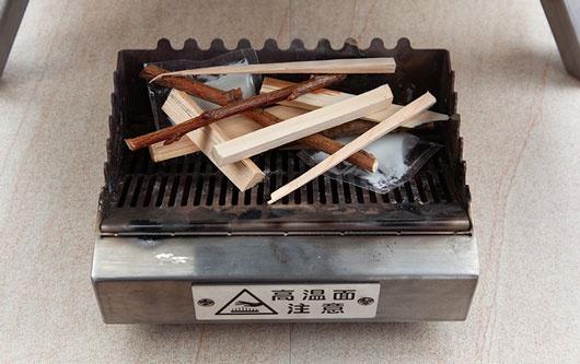 KABUTO 小枝や木質ペレット燃料を準備する