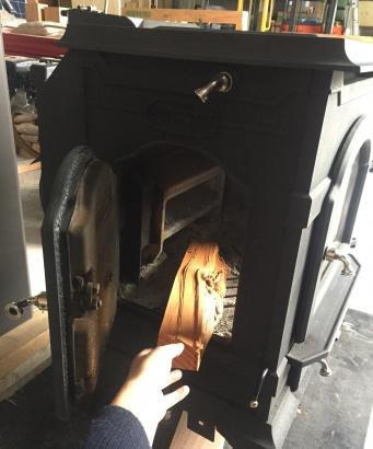 ダッチウェスト エンライト サイドドアから薪の補給。