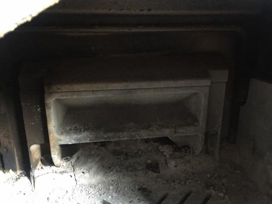 ダッチウェスト エンライト 再燃焼ボックスに入った未燃焼ガスは三度目の空気を受けて三次燃焼し、完全燃焼へ向かいます。