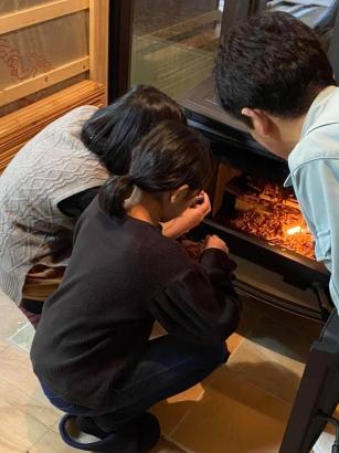記念すべき火入れは家族ひとりひとりがマッチを持って。